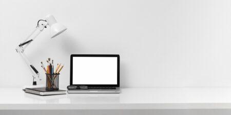 ulozenie monitora na biurku